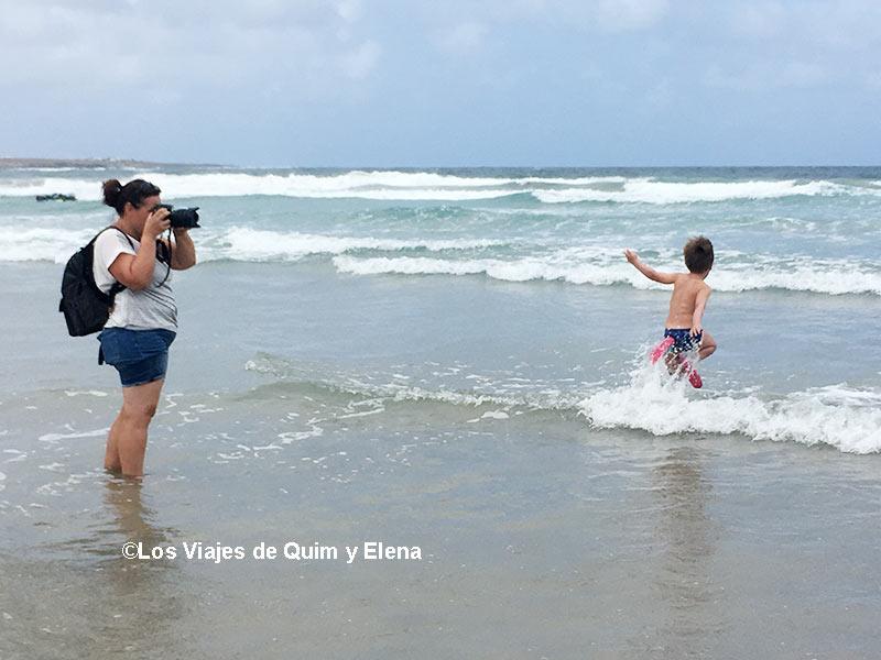 Éric como loco y Elena haciendo fotos. Surf en Lanzarote