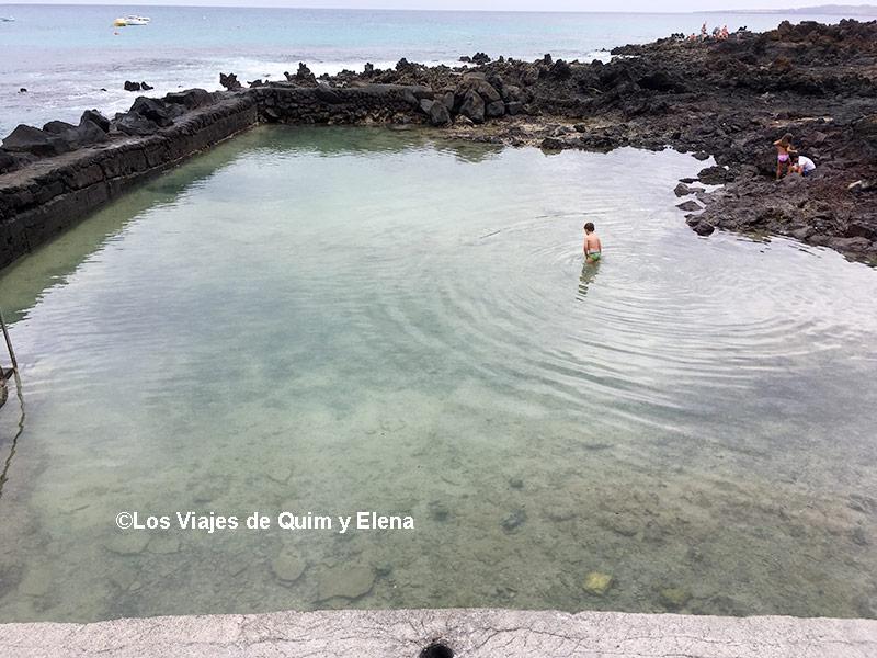 Éric disfrutando de la piscina de Punta Mujeres - Playas de Lanzarote