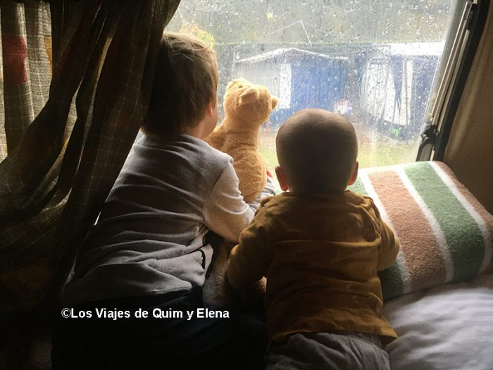 Éric y Álex viendo llover en el camping