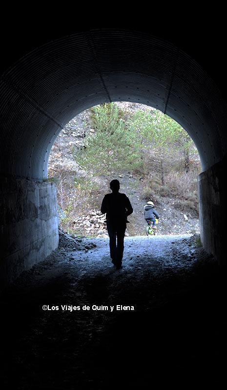 Saliendo de uno de los túneles en la Vía del Nicolau