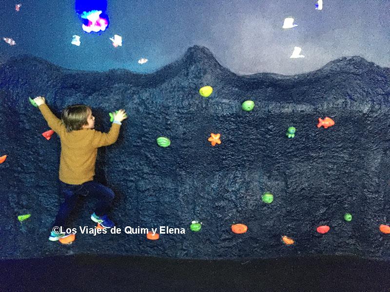 Éric escalando En Atlantis Aquarium