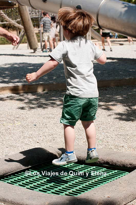 Éric saltando en el parque