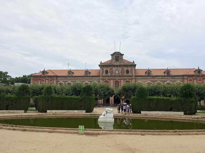 El Parlament de Catalunya al fondo