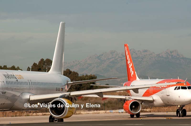 Aviones esperando despegar con Montserrat de fondo