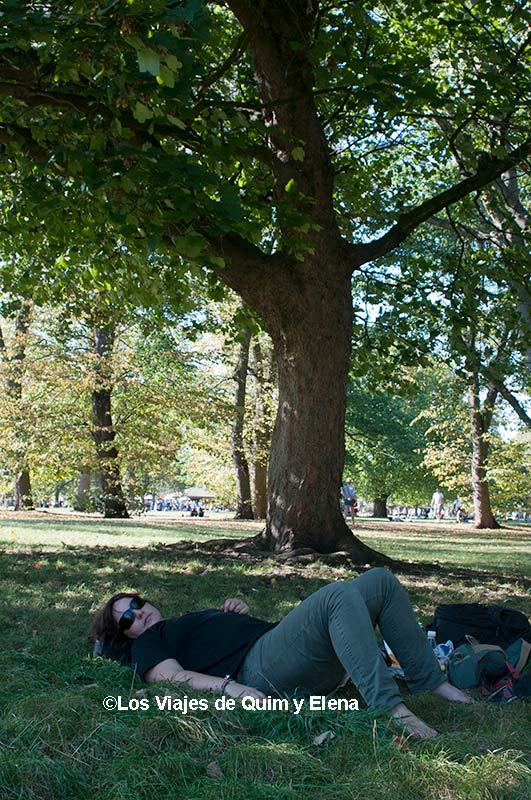 Elena descansando en Hyde Park