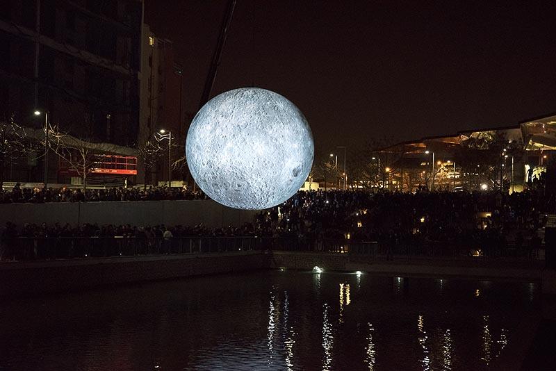 La luna junto al Disseny Hub, Llum Barcelona 2020