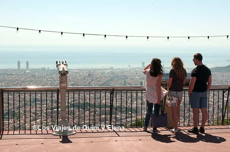 Observando desde uno de los miradores de Barcelona