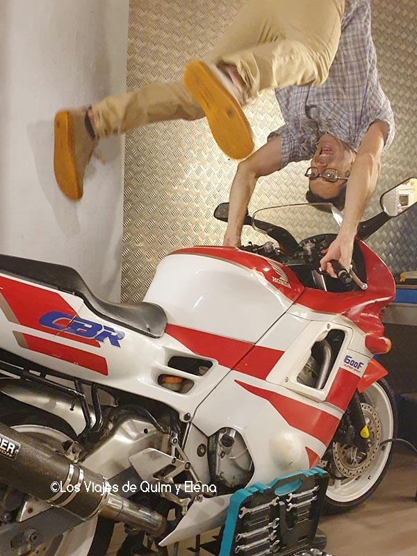 Haciendo acrobacias con la moto