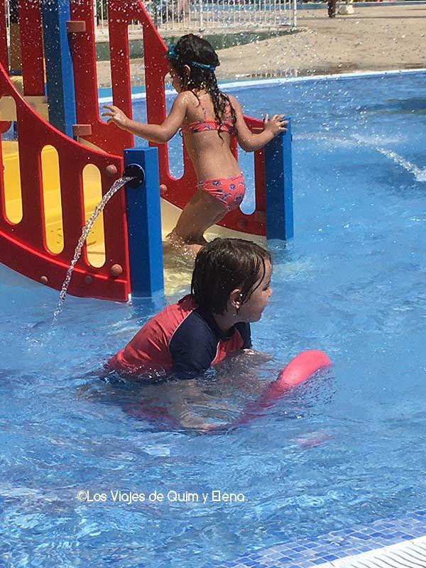 Éric disfrutando del agua en la escapada a Tossa de Mar
