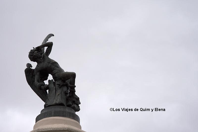 Estatua en la fuente del Ángel caído