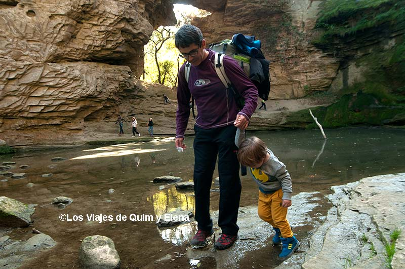 Quim y Éric explorando en La Foradada en Cantonigrós