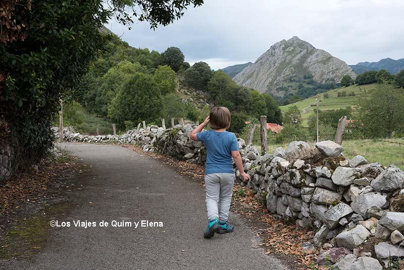 Éric caminando en el Camín Encantau