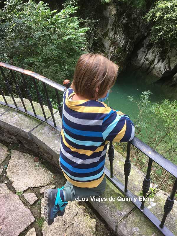 Éric viendo el río Cares