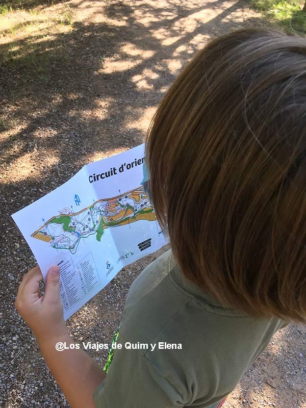 Éric buscando en un mapa de orientación