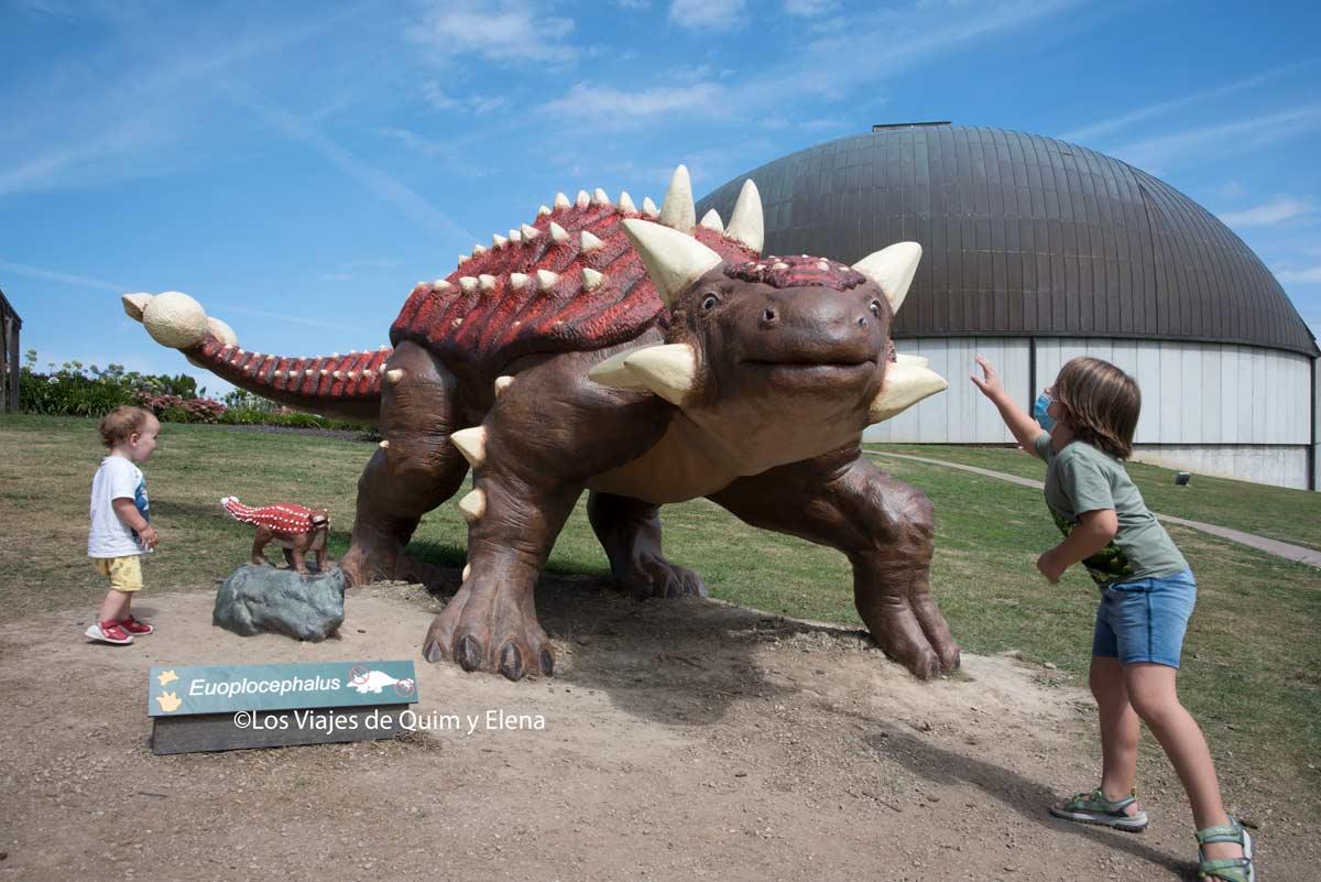 Álex y Éric en el Museo de los Dinosaurios