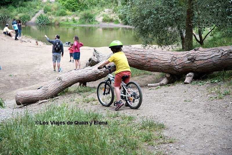 Éric con la bicicleta en el embalse de Vallvidrera