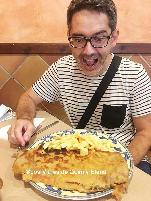 Quim a punto de atacar a un cachopo, restaurantes en Asturias