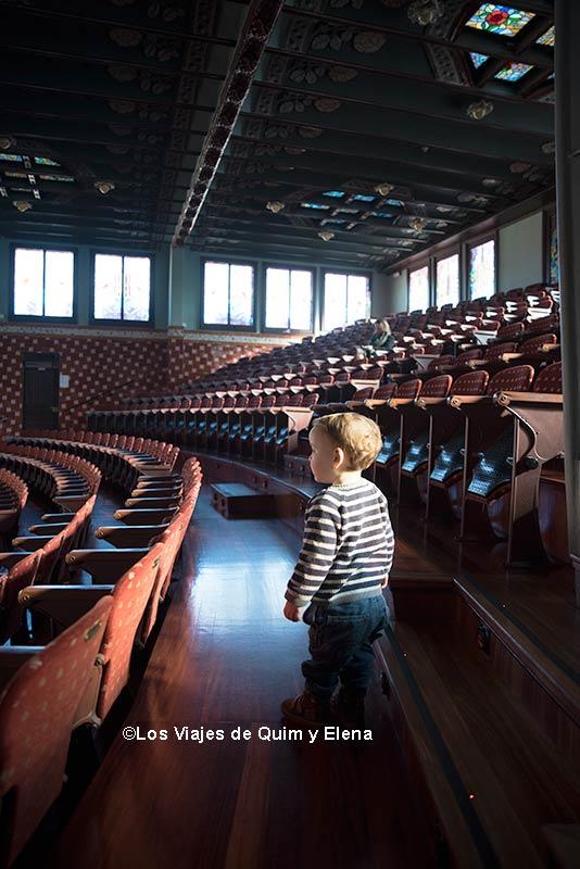 Álex explorando el Palau de la Música
