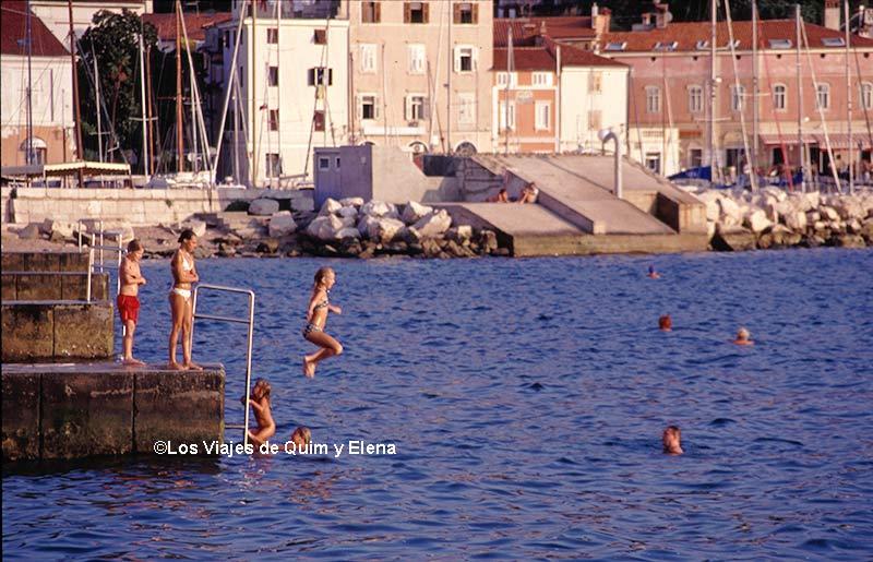 niños bañándose en Pirán