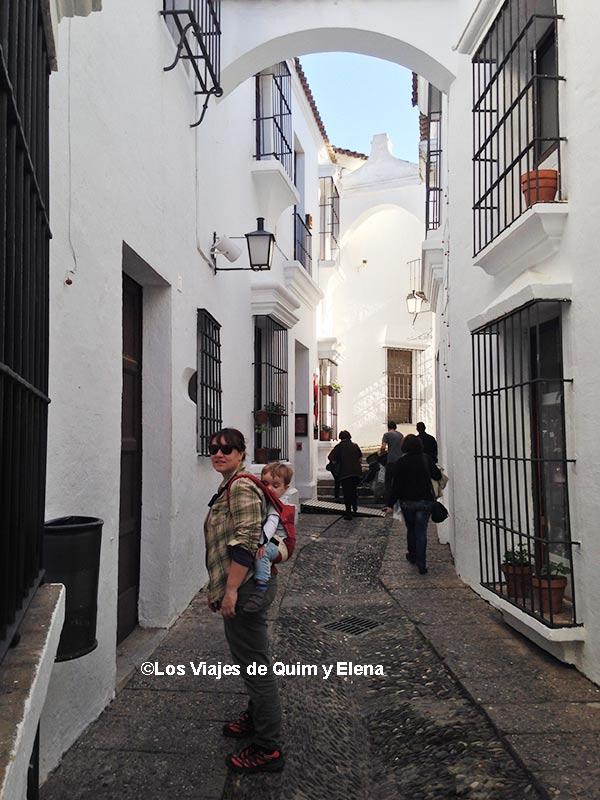 Elena y Éric en el barrio Andaluz del pueblo español de Barcelona