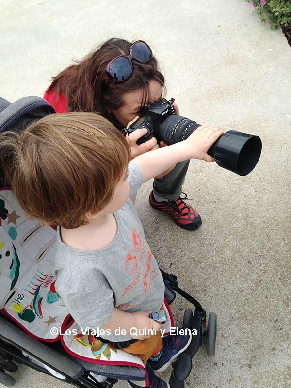 Éric ayudando a Elena en los Consejos para hacer fotografías de Viajes